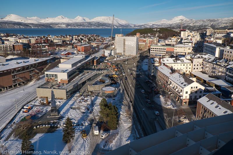 """Narvik sentrum, 22. februar 2016. Foto fra toppen av Scandic-hotellet, med en markert skygge fra hotellet. """"Det fjerde hjørnet"""" i sluttspurt, og rådhuset bak under restaurering."""