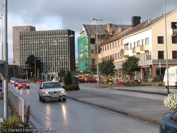 E6. Kongens gate gjennom Narvik. I bakgrunnen rådhuset.
