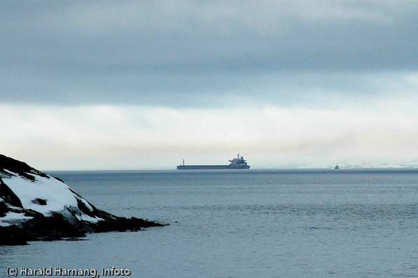 Fullastet malmskip på tur ut Ofotfjorden. Foto fra Efjord. Lødingen til høyre.