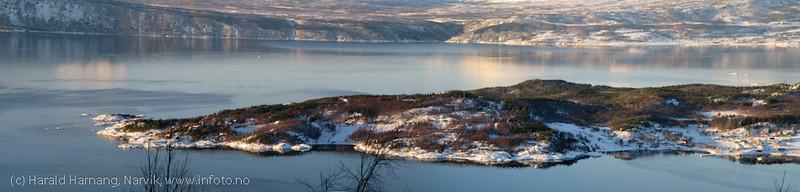 Panorama over Øyjord, satt sammen av 9 enkeltbilder. Foto februar 2011 fra stien inn mot Tøttadalen/Pumpvannet. Meget god oppløsning i bilde. PSD-fil på 0,5 Tb. Tåler mange meters forstørring.