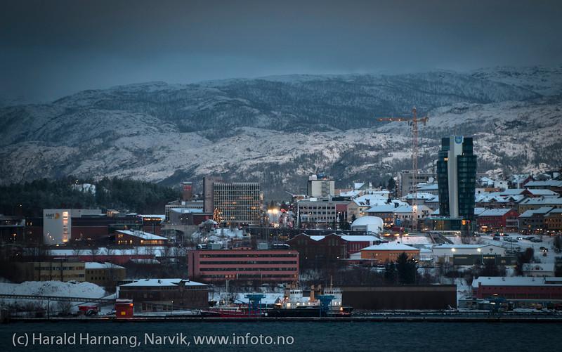 Mørketid: 27. desember 2011. Narvik sentrum fra Ankenes. I forgrunnen slepebåter. Til høyre Rica-hotellet under bygging.