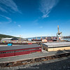 Fagernes havneterminal. Northland ressourses laster båt med grapp i bakgrunnen. Foran Os-ekspressen. Jernbaneverket legger nye spor.