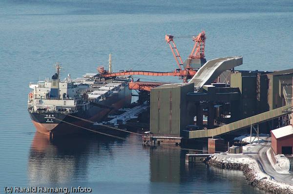 Malmskip lastes ved kai 5, LKABs anlegg i Narvik.