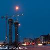 20 desember 2010, Narik sentrum, fint måneskinn fra nesten fullmåne, iskaldt. Midt på see heis-sjaktene til det som om ikke lenge skal bli et nytt landemerke i Narvik: Ricahotellet i Kongens gate. Mellom de to tårnene sees det norske nasjonalmonumentet for frigjøringen i 1945. Midt på rådhuset.