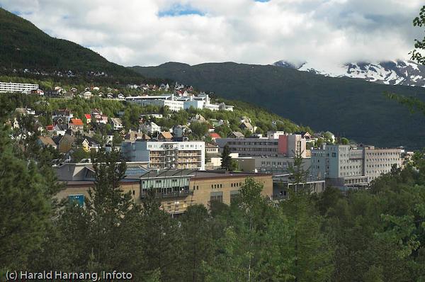 Oscarsborg sett fra Utsikten. I forgrunnen Narvik Storsenter (rød bygning), og til høyre for denne Grand Royal Hotel. I bakgrunnen sees Høgskolen i Narvik.