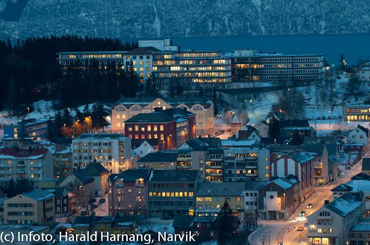 20 desember 2010, Narik sentrum. Bak vinduene på Tårnveien og Villaveien skole strever ungene: Kun to dager igjen til jul. Bak sees sykehuset.
