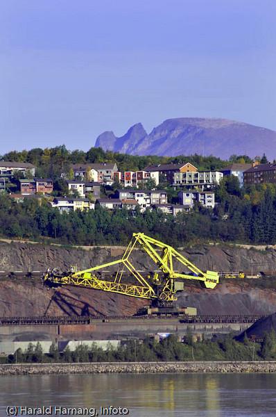 LKABs skovel-laster. I bakgrunnen husene i Malmveien og på Framnes, samt fjellformasjonen Rævtind.
