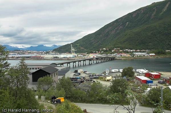 Beisfjordbrua med deler av Fagernes industri/handels-område til venstre i bakgrunnen.