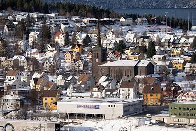 Deler av Frydenlund med Narvik kirke midt på. Bak til høyre stadion.