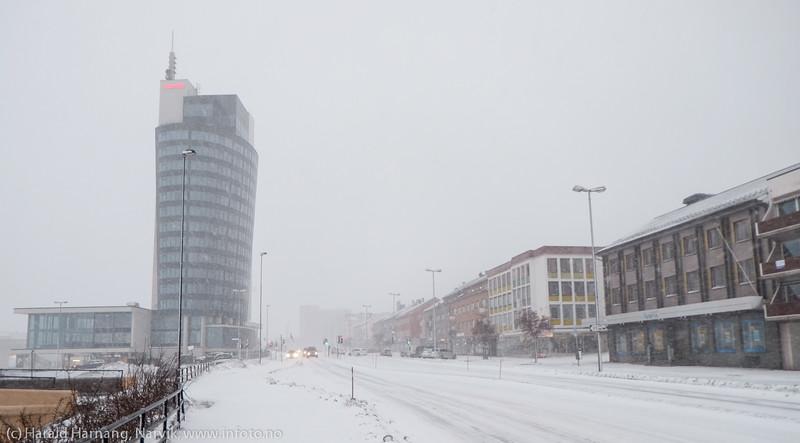 """E6/Kongens gate. Scandic hotell til venstre. Forsmak på uvær i Narvik sentrum, ekstremværet """"Ole"""" var ventet å slå til i Narvik kl 16-18. Det kom heldigvis aldri i full tyngde. Bildet tatt på formiddagen i sentrum, ca kl 12-13."""