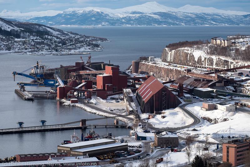 LKABs lasteområde. Mineal Hokkaido lastes ved kai 5. Skipet er Panamaregistrert. Det er 288 m langt og 45 m bredt. DW: 180 159 t. Bygget i 2008.