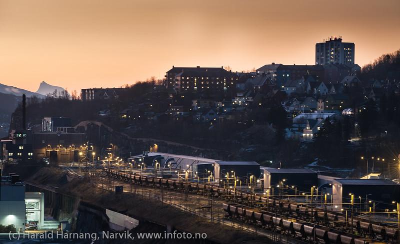 LKABs losseanlegg opplyst i forgrunn. Bak bydelen Framnes. Fjell i bakgrunnen er Kuglhornet i Ballangen kommune.