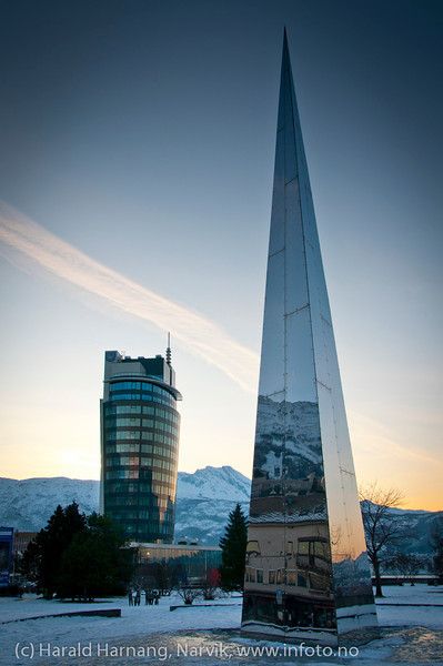 Ricahotellet (åpnes 1. mars 2012) og det nasjonalt frihetsmonumentet. Midt mellom sees fjellformasjonen Den Sovende Dronning. Foto 28.1.2012.