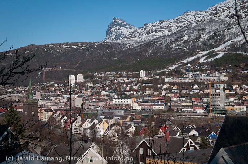 12.5.2011: Narvik sentrum, til venstre Narvik kirke. Ricahotellet under bygging.