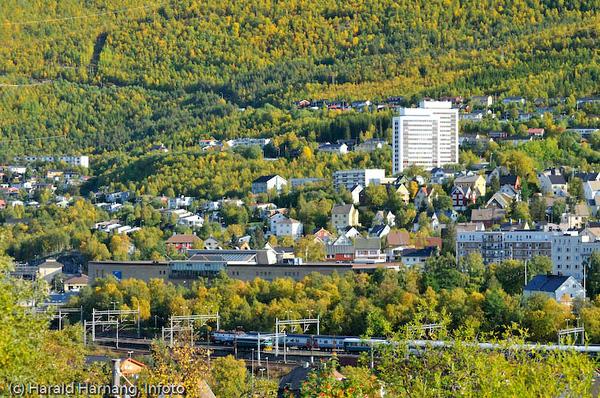 Jernbaneområde i forgrunnen. Midt på sees deler av Narvik storsenter.