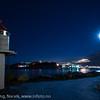 Lita fyrlykt på moloen på Ankenes. Bak LKAB og Narvik. Fotografering sen kveld med fullmåne som hovedlyskilde, 16. januar 2014.