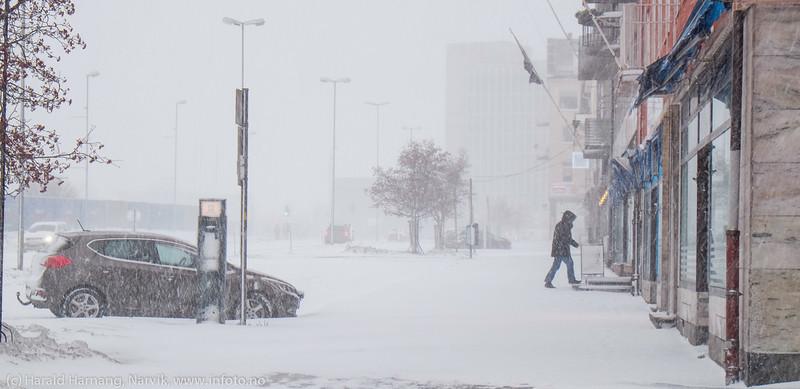"""Narvik sentrum, E6, rådhuset skimtes bak. Forsmak på uvær i Narvik sentrum, ekstremværet """"Ole"""" var ventet å slå til i Narvik kl 16-18. Det kom heldigvis aldri i full tyngde. Bildet tatt på formiddagen i sentrum, ca kl 12-13."""