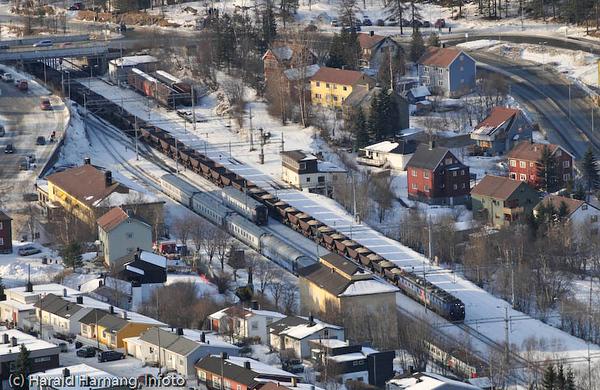 Narvik jernbanestasjon (gul bygning til venstre). Malmtog med olivinlast på tur opp til Kiruna.