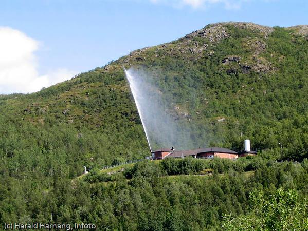 Taraldsvikfoss kraftverk med geysir.
