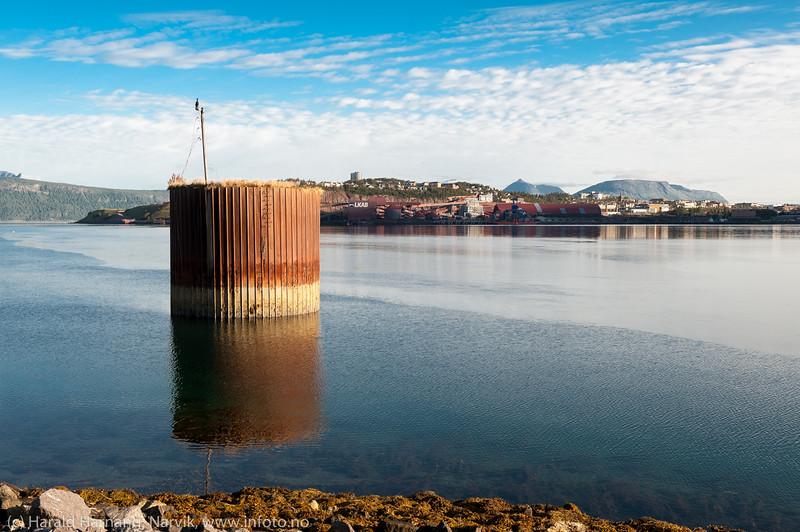 Denne forankringsbøyen fra krigens dager skal ha en litt spesiell historie... Ligger i Ankenesfjæra. Narvik i bakgrunnen.