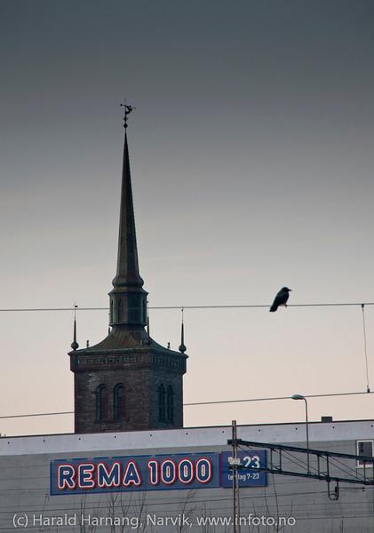 Ei kirke, et kjøpesenter og ei kråke. Så får man tenke seg hva jeg tenkte da jeg tok bildet.