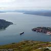 Taubåter sleper malmskip inn for lasting ved kai 5 på LKABs anlegg. Foto fra øvre fjellheis-stasjon.