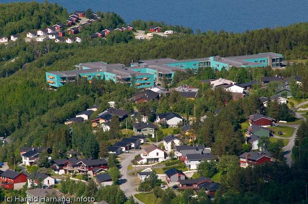 Furumoen sykehjem midt på. Deler av Furumoen boligområde i forgrunnen. Foto fra Fjellheisen
