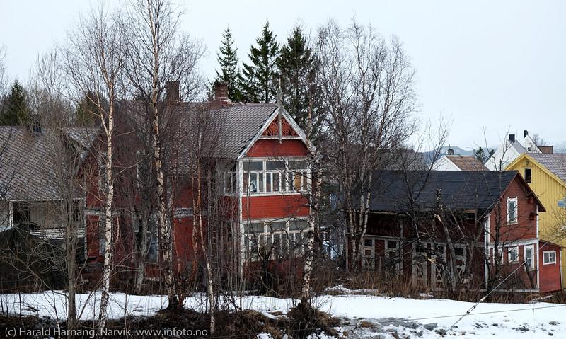 Rombaksveien-E6 4 må være et av de eldre husene i Narvik. Bygget av trelasthandler Nystrand, i ca 1903. Nystrand bygde og eide forøvrig også det første Grand Hotell som var bygget i Narvik. (Kilde: Årbok 1999, Ofoten museum). (Info fra Facebook). Huset ligger i dag klistret mellom E6 og jernbanen, og er i forfall.