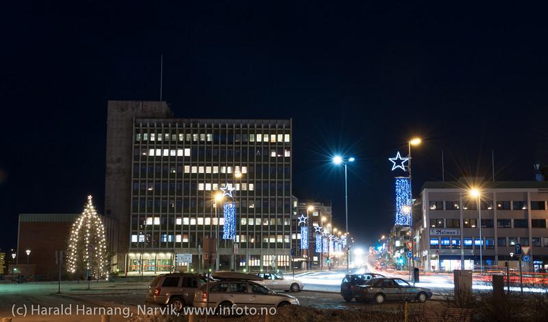 Rådhuset og E6. Narvik sentrum, mørketidsbilde, 19. desember 2012.