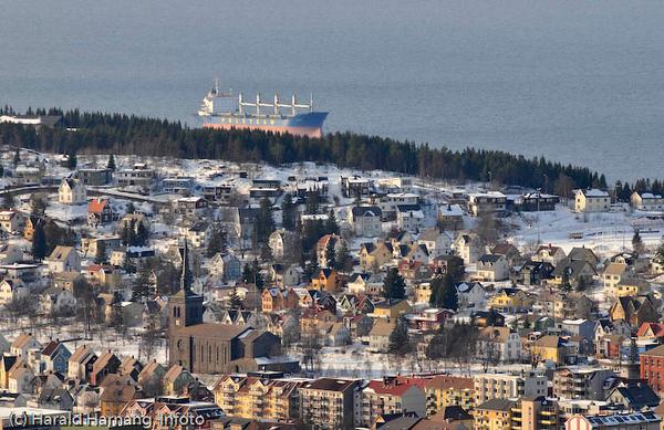 Malmbåt utenfor Framnesodden/flyplassen. Deler av Frydenlund og Framnes i forgrunnen.