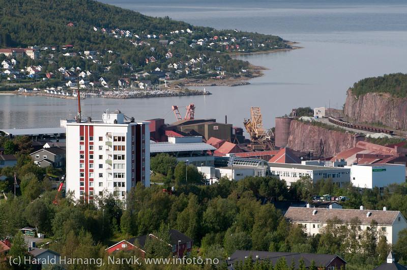 Toppen 1: Restaurering/påbygging av veranda. Deler av Ankenes i bakgrunnen. Oversiktsbilde Narvik. August 2012.