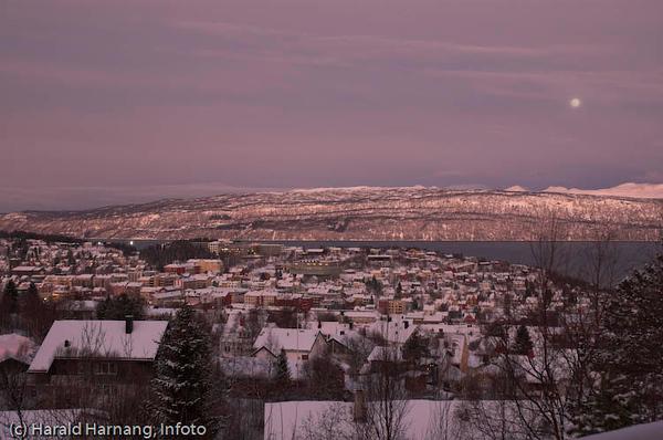 Mørketid over Narvik. Måne i bakgrunn.