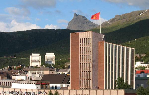 I forgrunnen rådhuset i Narvik med kommunevåpeneti flagget. I bakgrunnen fjellet Tøttatoppen.