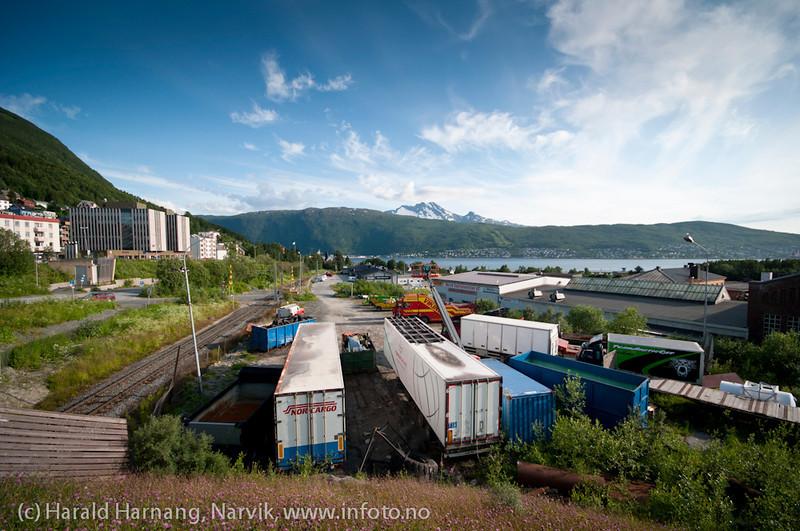 Litt bakgård, rett nedenfor E6 gjennom Narvik. Det tidligere Post og Politibygget til venstre.