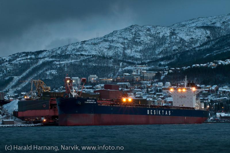 Møørketid. 27. desember 2011. Malmskip ved kai 5. Narvik ingeniørhøgskole bak. Foto fra moloen på Ankenes.
