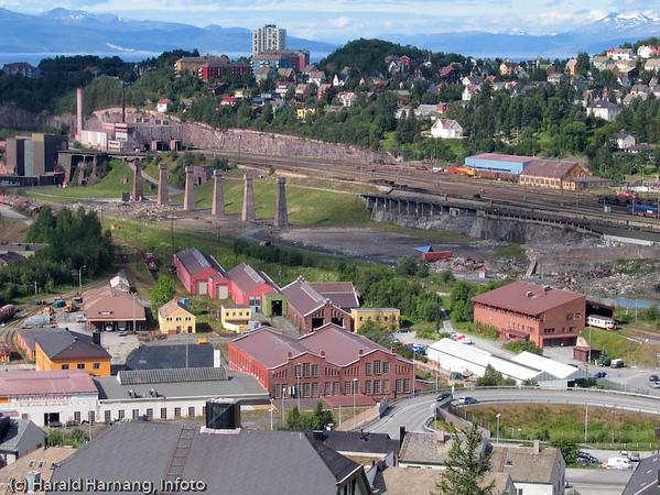 Narvik sentrum. I midten LKABs losseanlegg for malmvogner. Her er også de siste seks søylene fra den såkalte høybanen (tidligere laste/losse-teknkk)