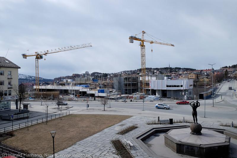 """Narvik torg, 3. mai 2015: """"Det fjerde hjørnet"""" er under bygging."""