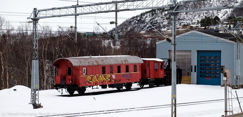 Er det ingen som tagger lengre? Parkert jernbanevogn ved Narvik stasjon har stått slik i årevis. 27. mars 2015.