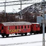 Er det ingen som tagger lengre? Parkert jernbanevogn ved Narvik stasjon har st�tt slik i �revis. 27. mars 2015.