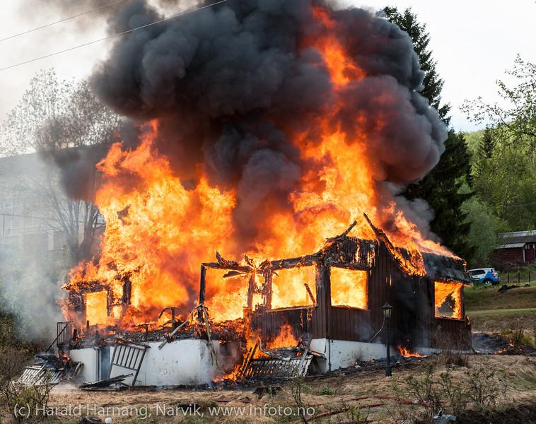 Kontrollert nedbrenning av hus på Ankenes.
