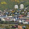 Søndre del av Narvik sentrum med parkhallene i forgrunnen. Her skal det komme hotell. Helt til venstre foran sees Torghallen.