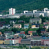 Narvik sentrum med E6 i forgrnnen. Bak Høgskolen i Narvik.