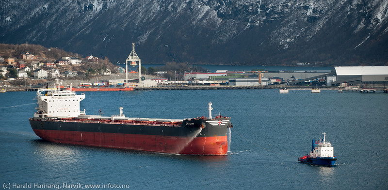 "Bahamas registred ""Dragon"", cargo ship, 229x32 meter, avg speed 13,2 knots. In front: Rallaren. Photo Narvik Harbour (Norway). April 22nd 2014. Photo: Harald Harnang,  <a href=""http://www.infoto.no"">http://www.infoto.no</a>"