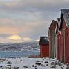 Naust til Framneslia, Narvik. I bakgrunnen Herjangsfjellene.