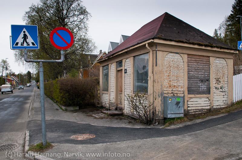Villabyen kiosk. Også den har hatt mange innbyggere og eiere, men har alltid sett slik ut. Her var i sin tid snackbar med pølser og pommes frites (innehaver Sørensen, snackbar fra 1964 og til ca 1984), og her holdt sykkelreparatør Nordstrand også til en tid etter dette. Foto i mai 2011.