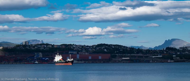 Spotlight på lite malmskip (?) på havna i Narvik. Cargoskipet Aasli, på Narvik havn 13. sept 2015. Flag:  Gibraltar. Gross Tonnage:  3968 Deadweight:  6630 t Length × Breadth:  100m × 16m. Year Built:  1994