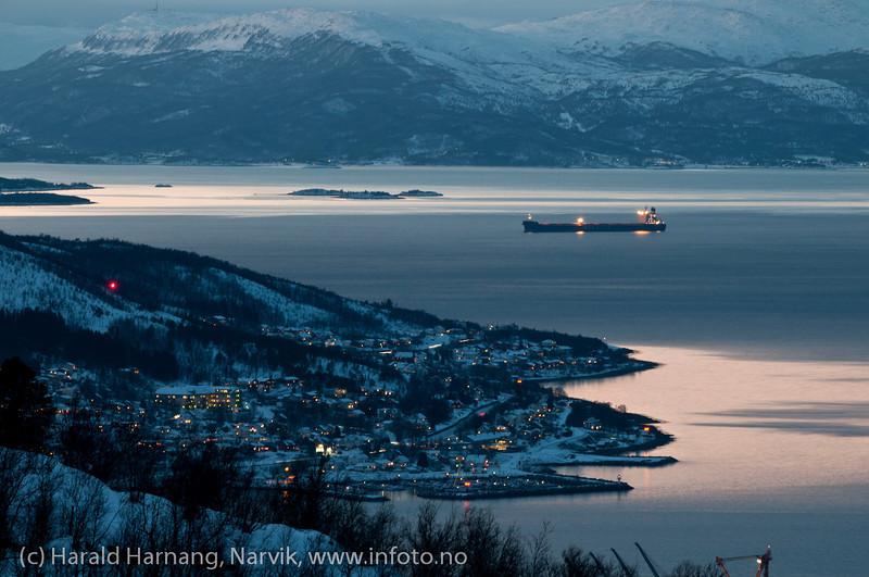 Malmskip på fjorden utenfor Narvik, 30.12.2011. I forgrunnen deler av Ankenes.