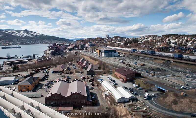 Deler av Framnes og Trekanten. Utsikt fra Rica 16 etg. LKABs malmutskipningsanlegg bak.