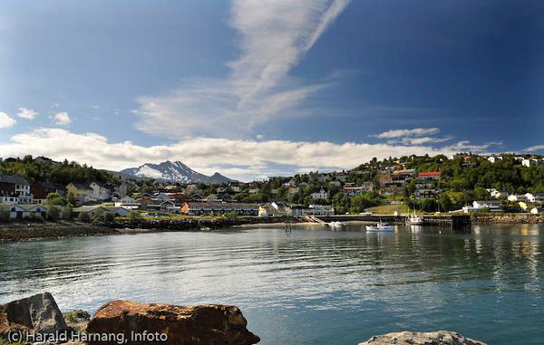 Den sovende dronning (fjellformasjon i bakgrunnen). I forgrunnen bydelen Vassvik.