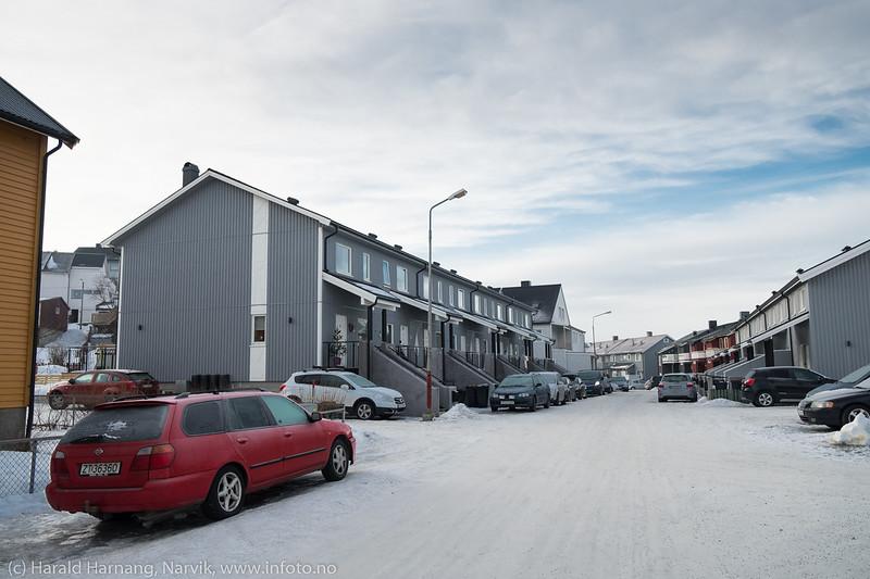 Husrekka i Falkbergets vei 12, A-H som brant ned for noen tid siden er nå bygget opp i samme stil. Foto 4. februar 2018.
